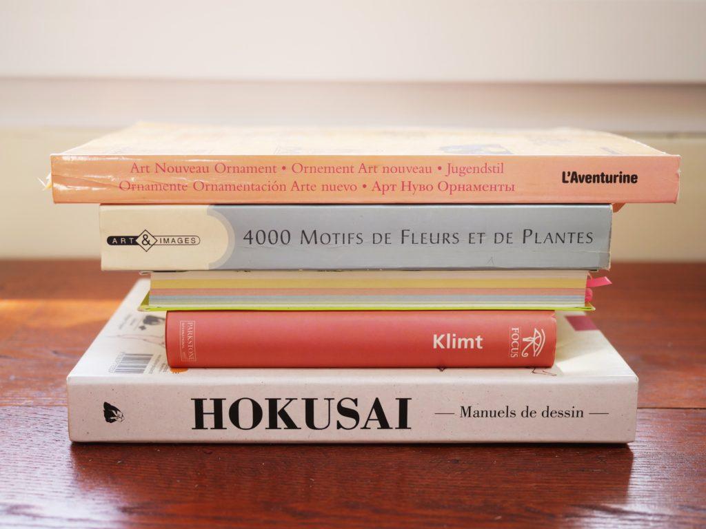 perspective-frontale-en-sujet-réel-pile-de-livres